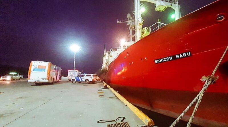 Buque pesquero y ambulancia de fondo
