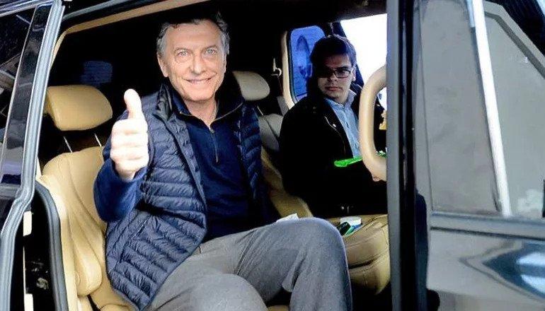 Mauricio Macri y su secretario Nieto en la camioneta que le robó al Estado