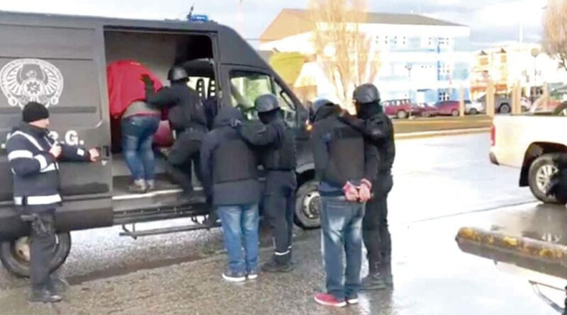 """Causa """"Pandemia Verde"""": procesados son subidos a vehiculo policial"""