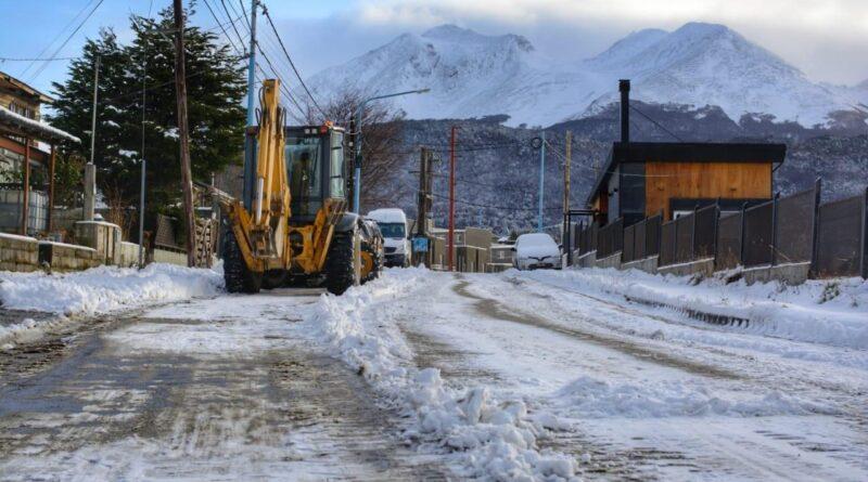 Retroexcavadora despejando nieve en Ushuaia