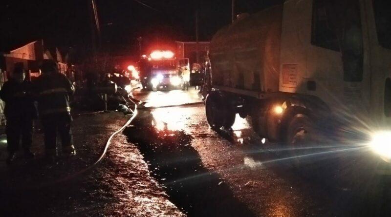Bomberos y camión en el incendio de pasaje Namuncurá