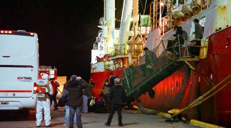 Tripulantes del buque pesquero descienden al ser dados de alta