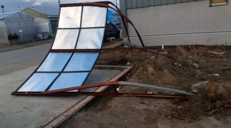 Cartel caído por los fuertes vientos en Río Grande