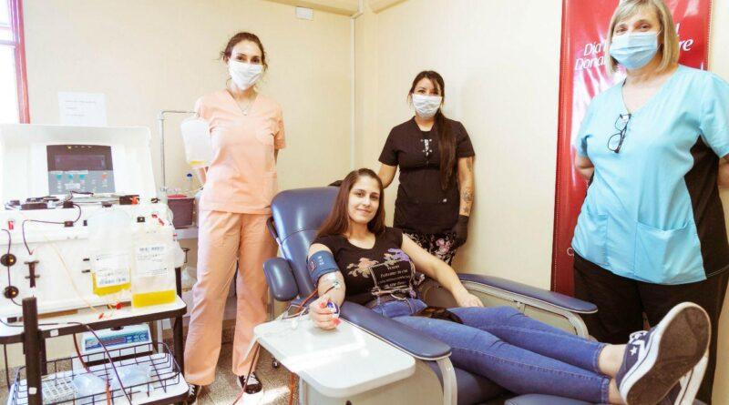 Donante de plasma y profesionales del HRRG