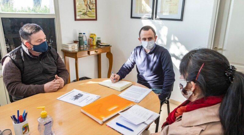 Gastón Díaz y responsables del Centro de Equinoterapia El Rejunte