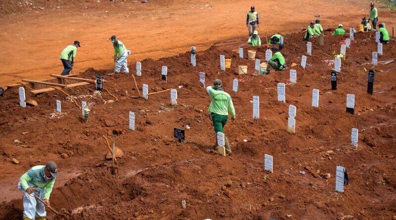 Personas cavan tumbas en Indonesia