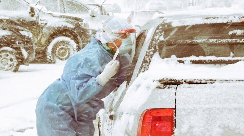 Personal de salud hisopando en la interperie con nevadas en Ushuaia
