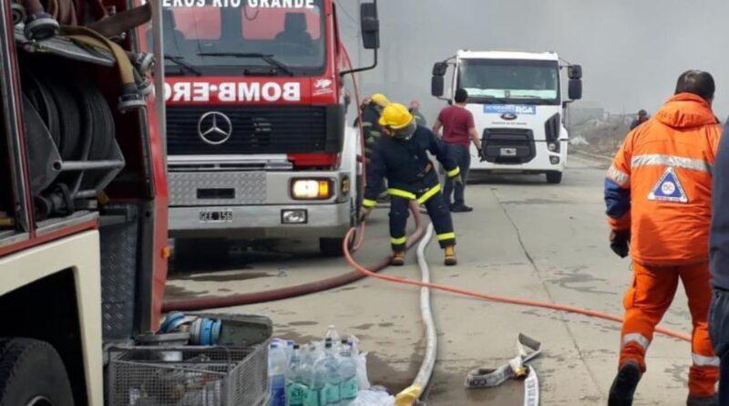 Bomberos en el incendio en el parque industrial de Río Grande