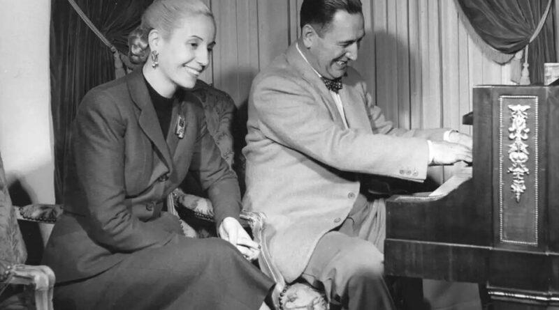 Perón tocando el piano junto a Evita