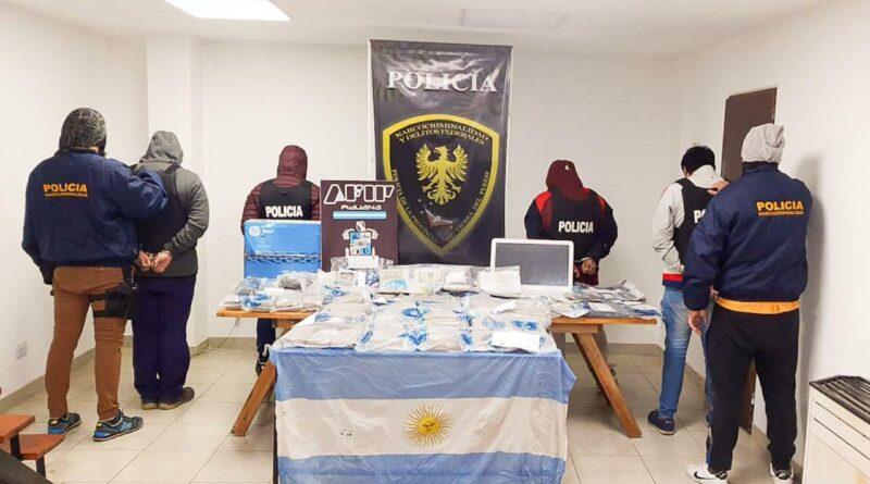 Policía, detenidos y droga incautada