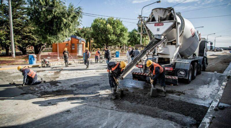 Trabajadores en la pavimentación de Espora por la Plaza Almirante Brown