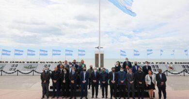Fernández, con intendentes y gobernador de Tierra del Fuego, funcionarios y gobernadores, en el monumento a Malvinas en Río Grande