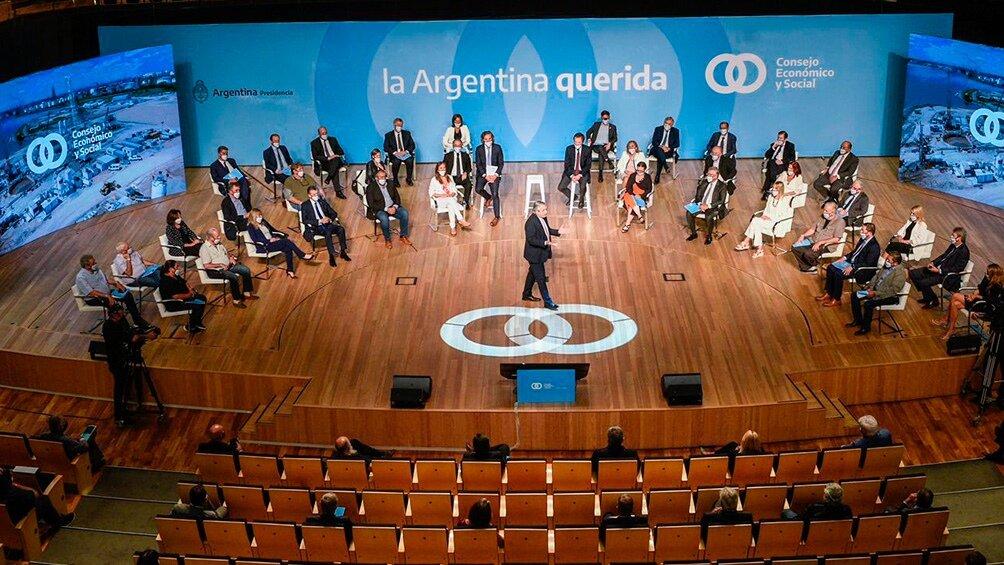 Alberto Fernández en el escenario presenta el Consejo Económico y Social