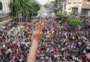 Brazo en alto y tres dedos elevados frente a multitud Myanmar