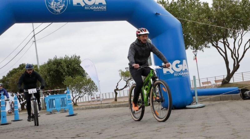 """Ciclistas cruzan la meta en la """"Vuelta al Casco Viejo"""", Río Grande"""