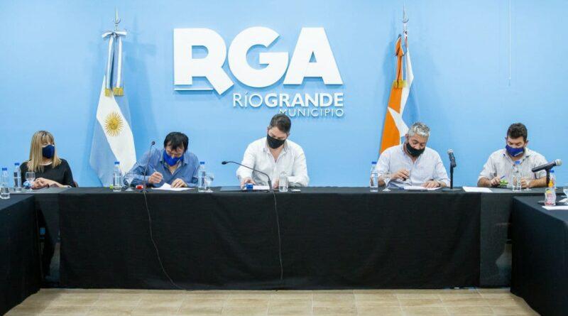 Perez, funcionarios y gremio firman aumento salarial