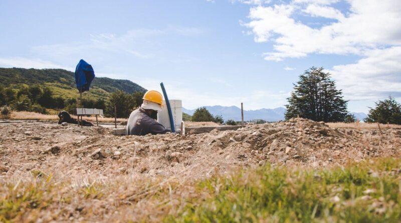 Trabajador instala tendido eléctrico para el alumbrado de la urbanización General San Martín, Ushuaia