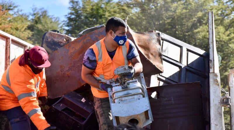 Trabajadores juntan chatarra y residuos voluminosos en camion, Ushuaia