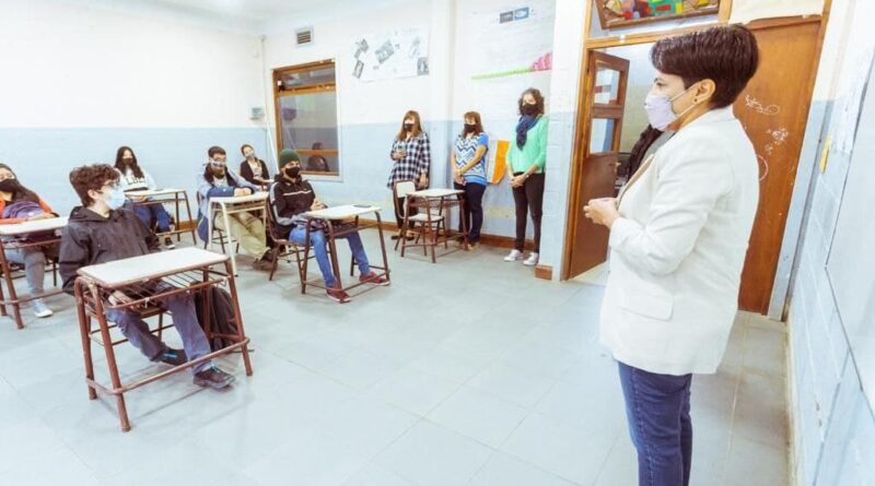 Cubino frente a alumnos del colegio Sábato, Ushuaia