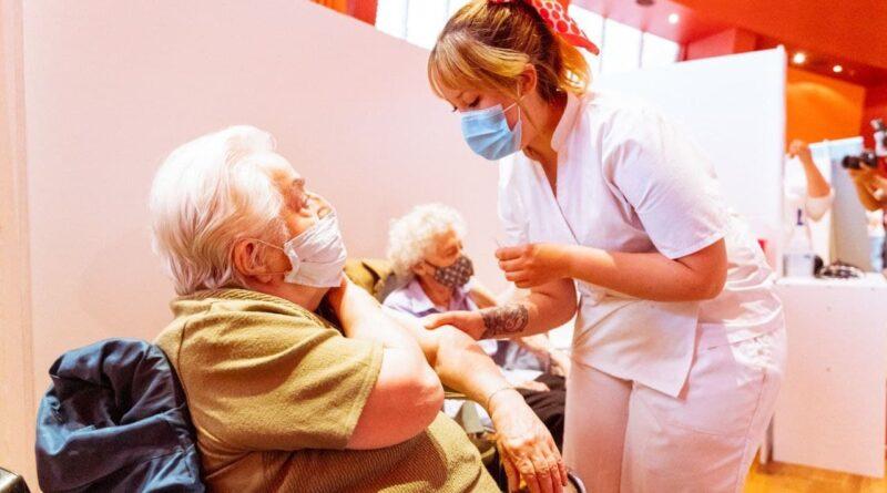 Enfermera vacuna a persona mayor contra el covid