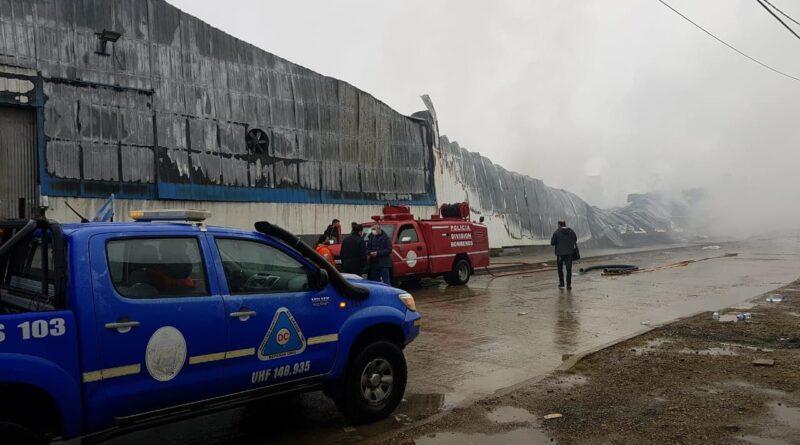 Unidades de Defensa Civil y Bomberos de la Policía frente a los escombros de la fábrica AustralTex, Río Grande