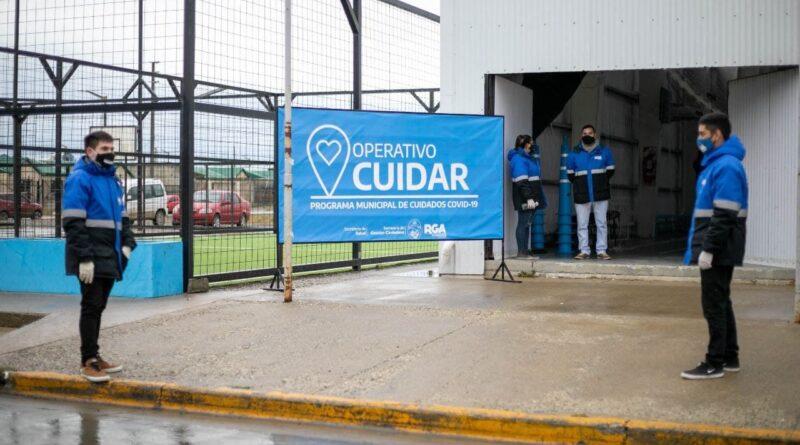 Agentes municipales en la puerta del gimnasio del barrio Malvinas Argentinas, donde se desarrolla el operativo Cuidar