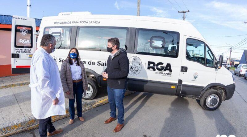 Perez, Cóccaro y Mauro Dotto, frente a la nueva unidad de transporte adaptado para el Mamá Margarita