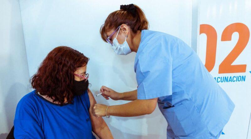 Personal de salud vacuna contra COVID a mujer de riesgo