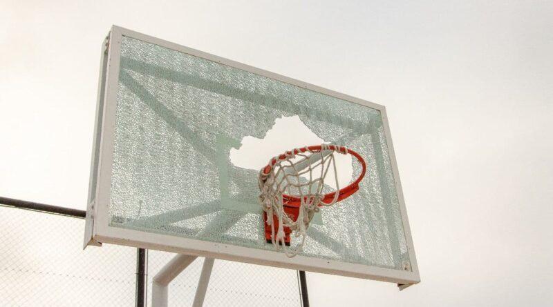 Tablero de basket roto, playón deportivo Schulz, Ushuaia