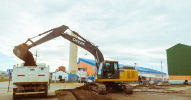 Maquinaria trabajando en la obra de estacionamiento en Chacra II, Río Grande