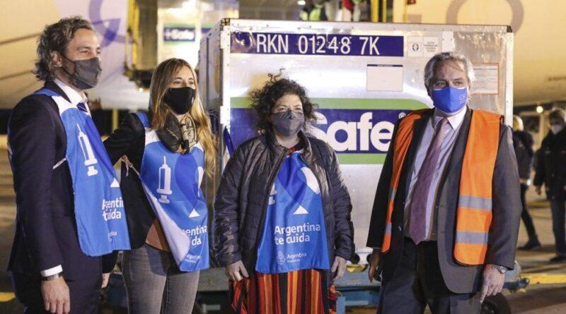 Fernández con funcionarios recibe cargamento de vacunas AstraZeneca