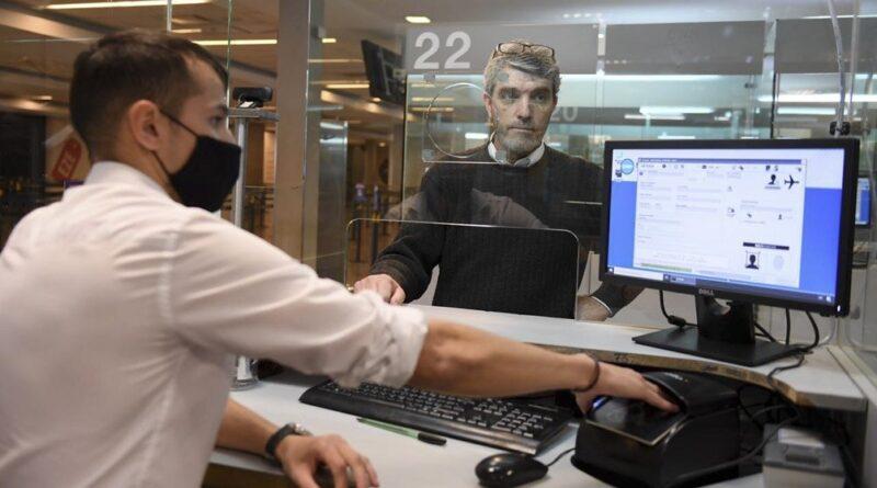 Hombre siendo atendido en Migraciones de un aeropuerto