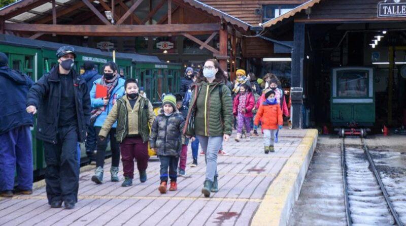 Niños y niñas en el Tren del Fin del Mundo, haciendo turismo social
