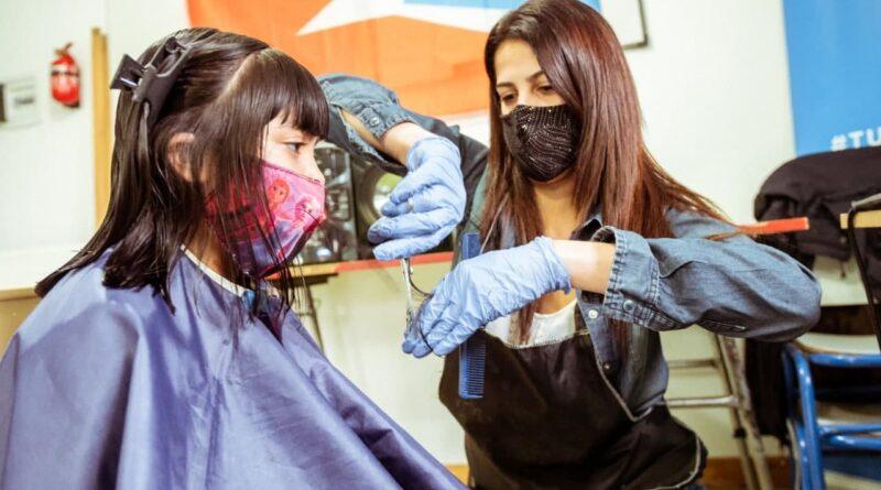 Peluquera le corta el pelo a jovencita, programa Peluqueros en tu barrio, Ushuaia
