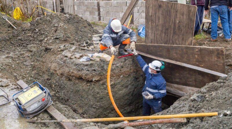 Personal de Camuzzi realiza conexión de gas en calle Lapataia Sur, Ushuaia
