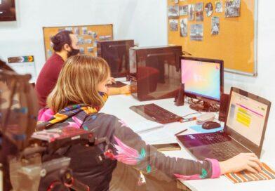 Personas trabajando en computadoras