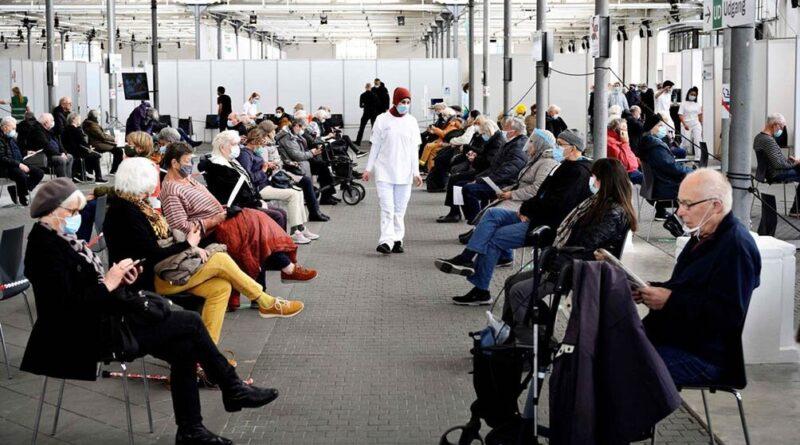 Daneses luego de ser vacunados esperan en una sala