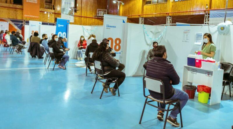 Personas esperando ser vacunadas, gimnasio Muriel, Río Grande