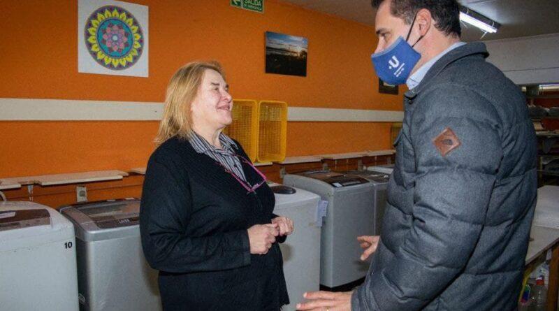 Claudia Fernández, dueña del lavadero Los Tres Angeles, con Gustavo Ventura
