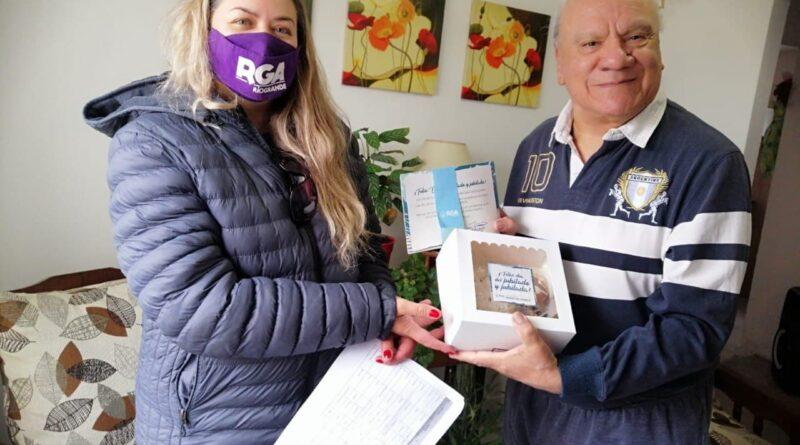 Empleada del municipio entrega desayuno a jubilado, Río Grande