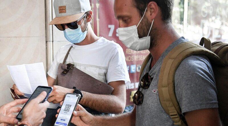 Franceses muestran pase sanitario en su celular