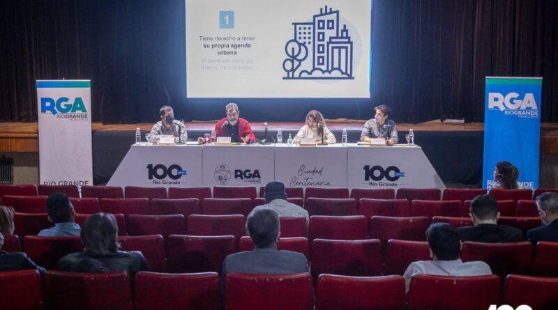 Funcionarios y miembros Fundación YPF en debate sobre ambiente, Río Grande