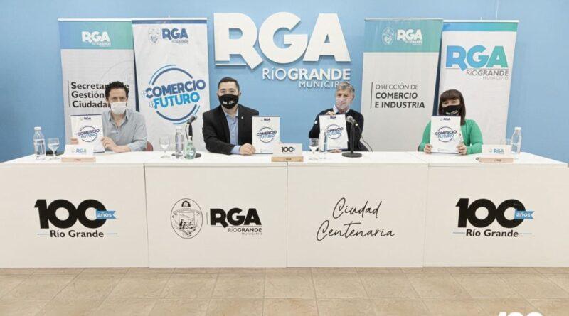 Funcionarios en la presentación del programa Más Comercio, Más Futuro, Río Grande