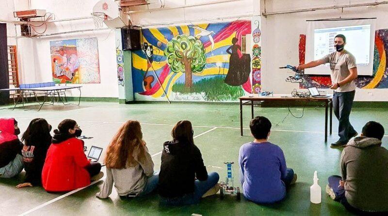 Alumnos del colegio Los Andes de Ushuaia en taller de robótica
